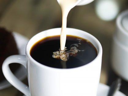 Od kiedy dodajemy mleko do kawy?
